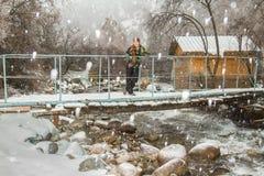滑雪服的美丽的妇女在户外多雪的冬天,阿尔玛蒂,卡扎克斯坦 库存图片