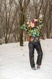 滑雪服的美丽的妇女在户外多雪的冬天,阿尔玛蒂,哈萨克斯坦 免版税库存图片