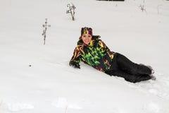 滑雪服的美丽的妇女在户外多雪的冬天,阿尔玛蒂 库存照片