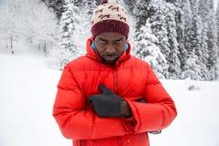 滑雪服的非裔美国人的快乐的黑人在户外多雪的冬天,阿尔玛蒂 免版税库存图片