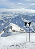 滑雪杆和手套在阿尔卑斯 免版税库存照片
