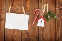雪杉树、照片框架和圣诞节装饰在绳索 库存图片