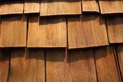 雪松接近的木瓦上升木头 免版税库存照片