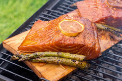 雪松板条三文鱼用在格栅的柠檬 库存图片