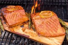 雪松板条三文鱼用在格栅的柠檬 库存照片