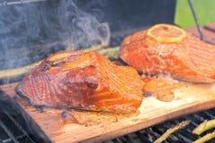 雪松用柠檬烹调在格栅的板条三文鱼 免版税库存照片