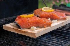 雪松用柠檬烹调在格栅的板条三文鱼 库存照片