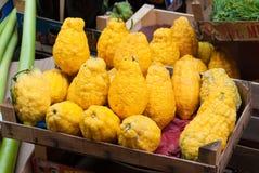 雪松箱子在水果市场上在巴勒莫,西西里岛 库存图片