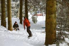 雪板的年轻男孩 免版税库存照片
