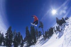 雪板跳跃的空中的人 免版税图库摄影
