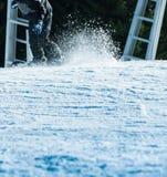 雪板运动斋戒与雪足迹 免版税库存图片