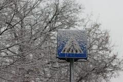 雪标志的行人穿越道 免版税库存照片