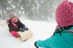 雪橇的女孩 库存图片