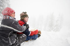 雪橇的男孩 免版税库存照片