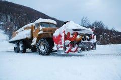 雪清洁的路卡车 免版税库存照片