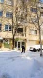 雪清洁在波摩莱街道上的在保加利亚,冬天 库存图片