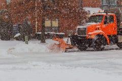 雪清洁 拖拉机在大雪以后扫清道路 免版税库存图片