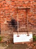 雪清洁的铁锹在砖墙附近等待工作 库存图片