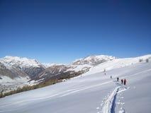 滑雪游览小组在利维尼奥 库存照片