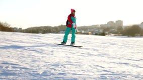 雪滑雪录影倾斜,推力公园线和谷Wasatch的 与家庭的晴天在滑雪和雪板 股票录像