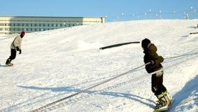 雪滑雪录影倾斜,推力公园线和谷Wasatch的 与家庭的晴天在滑雪和雪板 影视素材