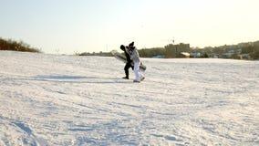雪滑雪录影倾斜,推力公园线和谷Wasatch的 与家庭的晴天在滑雪和雪板