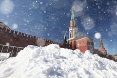 雪漂泊在红场的在莫斯科下雪 免版税库存照片