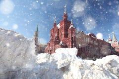 雪漂泊在红场的在莫斯科 库存照片