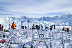 雪爱好者在山顶部 免版税图库摄影