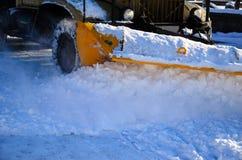 雪犁卡车workiyng在城市公园 免版税库存图片