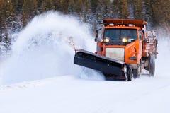 雪犁在冬天雪风暴以后的清洁路 库存图片