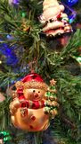 雪球特写镜头装饰玩具在圣诞树的 库存照片