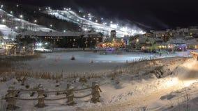 滑雪瑞士山中的牧人小屋倾斜夜光和滑冰 免版税图库摄影