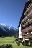 滑雪瑞士山中的牧人小屋旅馆,欧洲阿尔卑斯,垂直的拷贝空间 免版税库存照片