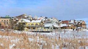 滑雪瑞士山中的牧人小屋村庄和冰鞋池塘 免版税库存照片