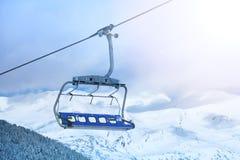 滑雪电缆车椅子 免版税库存照片