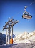 滑雪电缆车椅子 免版税库存图片