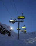 滑雪电缆车由后照与明亮的太阳 库存图片