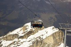 滑雪电缆车的人们在瑞士 库存图片