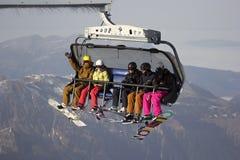 滑雪电缆车的人们在瑞士 免版税库存图片