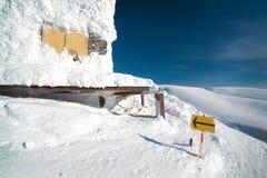 滑雪电缆车的大厦在雪的 免版税库存照片