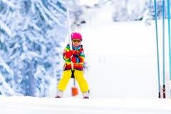 滑雪电缆车的孩子 免版税库存图片