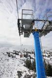 滑雪电缆车的游人 免版税图库摄影