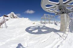 从滑雪电缆车的顶端巨型轮子 库存图片