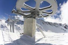 从滑雪电缆车的顶端巨型轮子 免版税库存图片