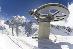 从滑雪电缆车的顶端巨型轮子 库存照片