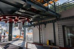 滑雪电缆车的驻地与椅子的 库存照片