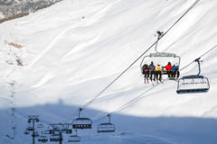滑雪电缆车,与滑雪者的cablechair在滑雪胜地Valfrejus的一个晴天 免版税图库摄影