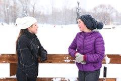 雪白色背景的两个少年女孩 图库摄影