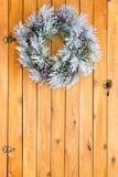 雪白色结霜了圣诞节花圈 库存照片